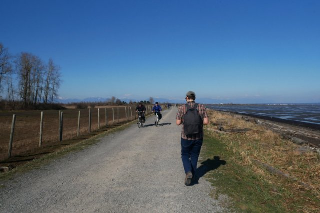 Boundary Bay Dyke trail at the start