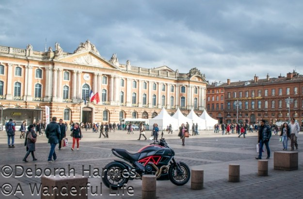 Rue du Taur terminates at the vast plaza containing the Capitole in Toulouse, France.