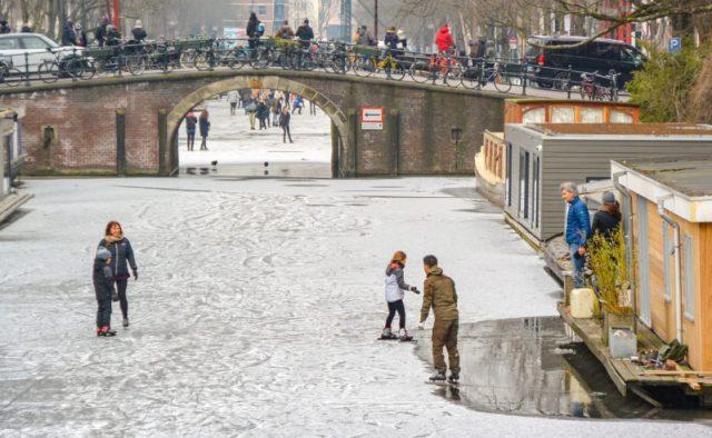 Brouwersgracht ice skating in Amsterdam