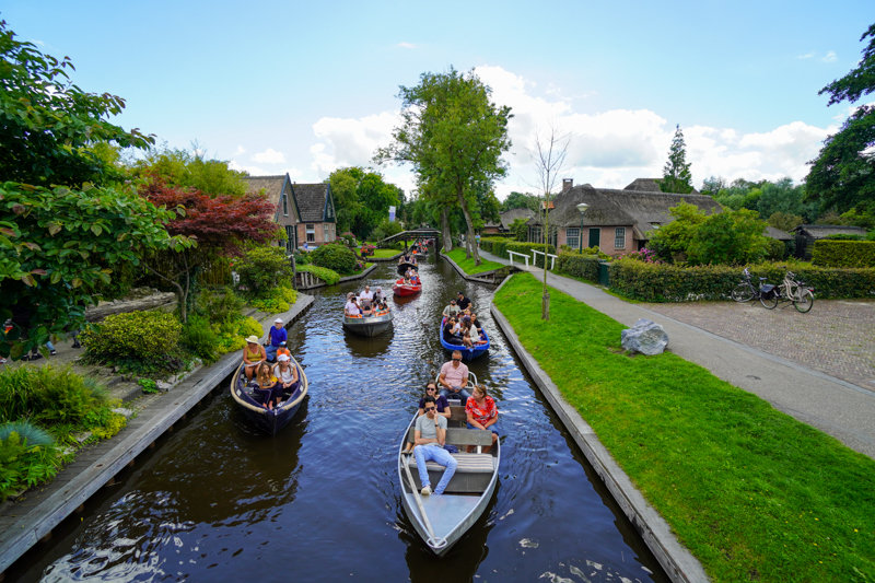 Crowded canal in Giethoorb