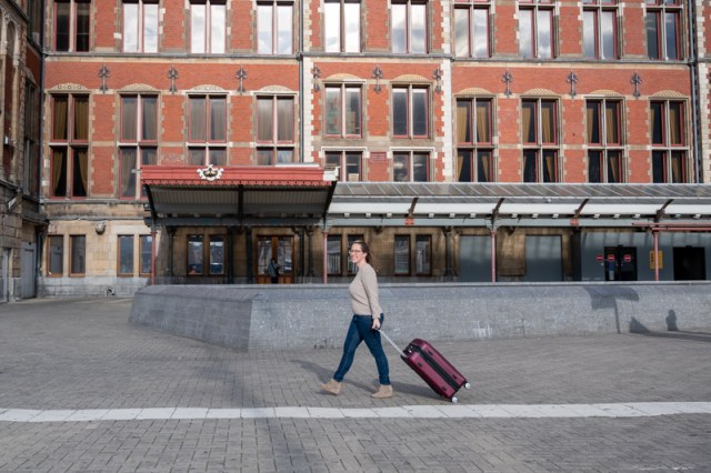 """Jessica in front of Amsterdam Central Station with ebags Monument 26"""" spinner"""