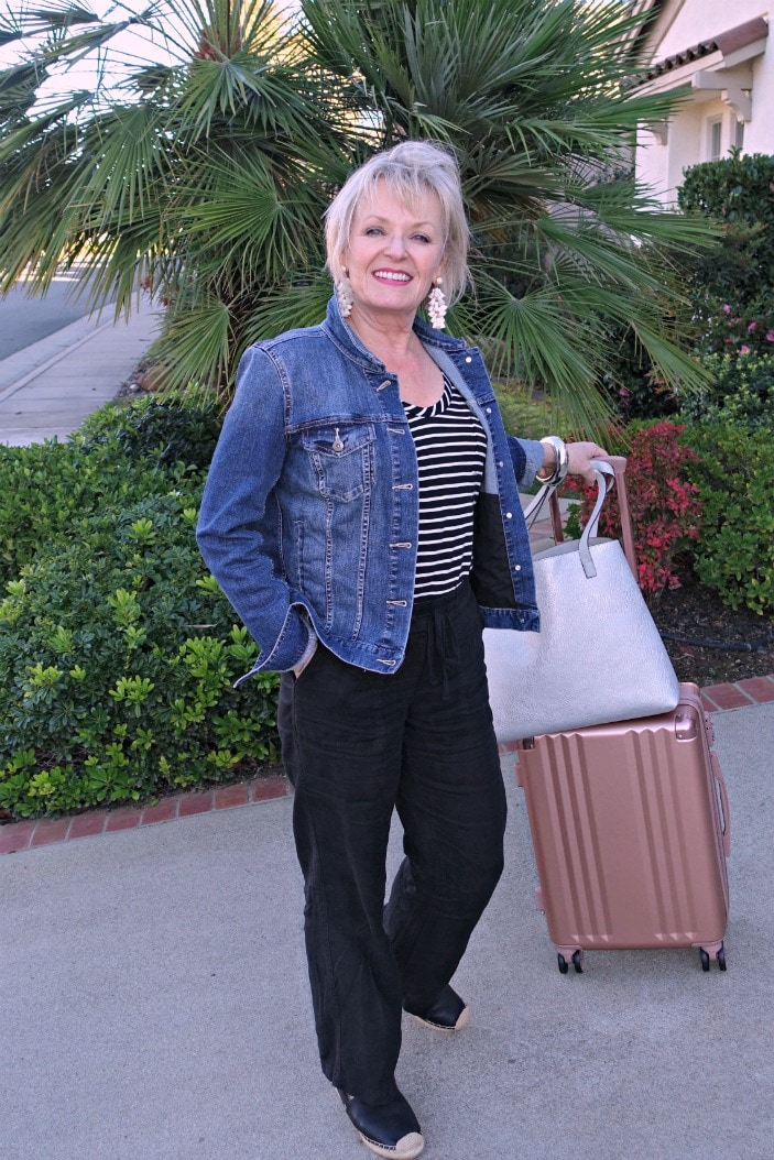 Jennifer Connolly of A Well Styled Life showing Caslon linen pants and Vince Camuto denim jacket for travel