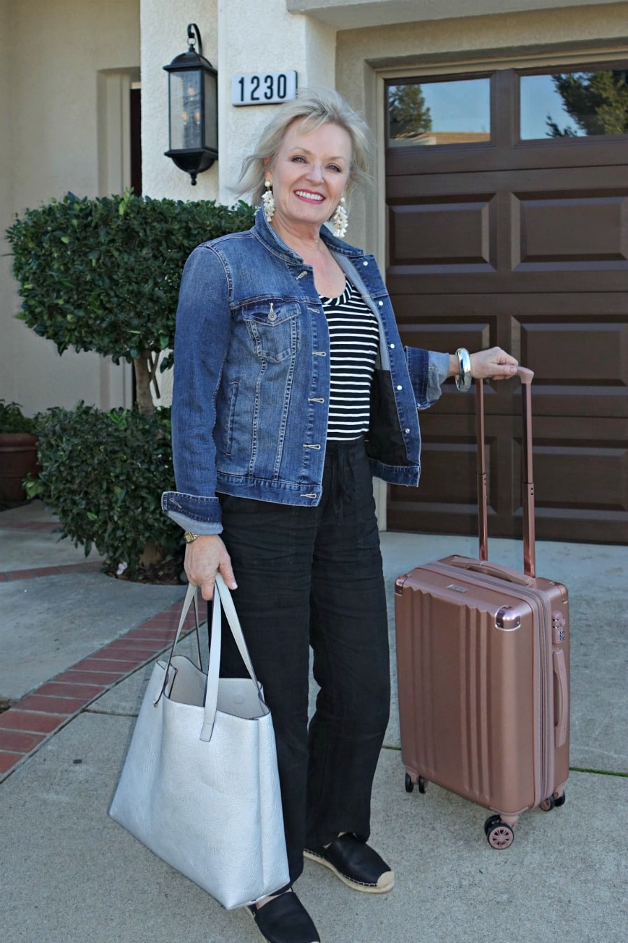 Jennifer Connolly of A Well Styled Life dressed to travel in style