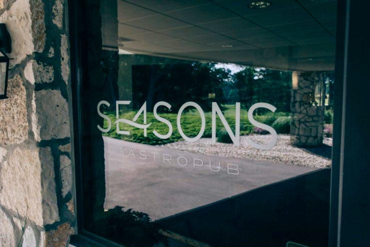 Se4sons Gastropub entrance | Photo by Gideon Hunter