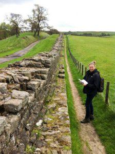 Mariëlle bij de resten van de Muur van Hadrianus; mogelijk was de Muur oorspronkelijk zeker 3 meter hoog, en op sommige plekken nog hoger.