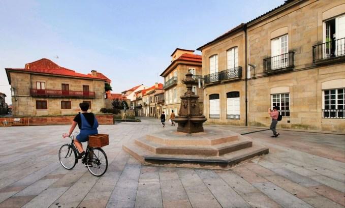 Las calles del centro histórico de Pontevedra se prestan para descubrirlas a pie o en bicicleta