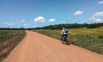 dos ciclistas acercandose a Astorga - Etapa 1 - Astorga León - Camino a Santiago en bici desde León - A World to Travel
