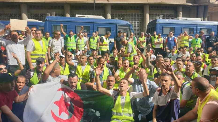 أعوان أمن اتصالات الجزائر يحتجون