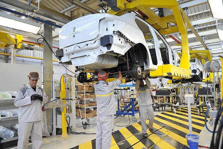 تبون يأمر بتقنين صناعة السيارات للحد من سيطرة اللوبيات