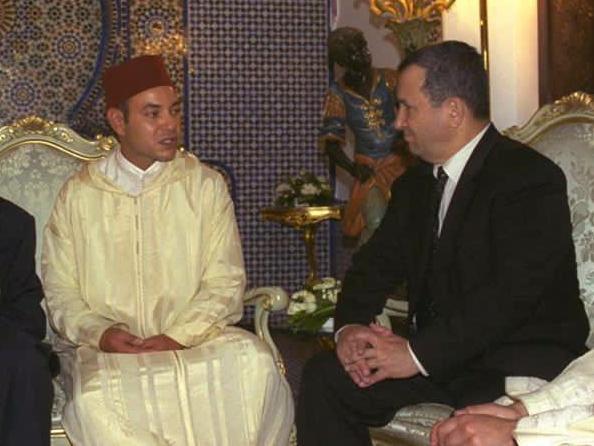 رئيس الوزراء الصهيوني الأسبق إيهود باراك يحرج محمد السادس بصورة