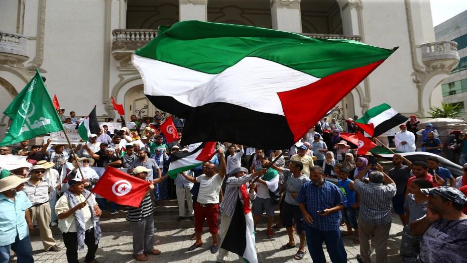 """نفت وزارة الخارجية التونسية، اليوم الثلاثاء، الأخبار التي تداولتها العديد من وسائل الإعلام حول إمكانية تطبيع العلاقات بين تونس ودولة الاحتلال الإسرائيلي. أصدرت الخارجية التونسية بيانا جاء فيه """"تبعا للأنباء المتداولة في عدد من وسائل الإعلام حول إمكانية إرساء علاقات دبلوماسية بين تونس والكيان الصهيوني، تؤكّد وزارة الشؤون الخارجية والهجرة والتونسيين بالخارج أن كلّ ما يروج من ادّعاءات في هذا الخصوص لا أساس له من الصحّة وأنّه يتناقض تماما مع الموقف الرسمي المبدئي للجمهورية التونسية المناصر للقضيّة الفلسطينية العادلة والداعم للحقوق الشرعيّة للشعب الفلسطيني"""". وأضافت """"تذكّر تونس، في هذا السياق، بالموقف الثابت لسيادة رئيس الجمهورية قيس سعيّد الذي أكّد في العديد من المناسبات أن حقوق الشعب الفلسطيني غير قابلة للتصرّف ولا للسقوط بالتقادم وفي مقدّمتها حقّه في تقرير مصيره وإقامة دولة مستقلّة عاصمتها القدس الشريف"""". وأردف بيان الخارجية التونسية """"إنّ هذا الموقف المبدئي إنّما هو نابع من إرادة الشعب التونسي ومعبّر عمّا يخالجه من مشاعر تضامن وتأييد مطلق للحقوق الشرعية للشعب الفلسطيني التي كفلتها له مختلف المرجعيّات الدولية وقرارات منظمة الأمم المتحدة ومختلف أجهزتها"""". وشددت الخارجية التونسية أن تونس تعرب مُجددا عن قناعتها التامّة بأنّه لا يمكن إرساء سلام عادل ودائم وشامل في المنطقة دون تطبيق قرارات الشرعية الدولية الخاصّة بحقوق الشعب الفلسطيني في استعادة أرضه المسلوبة وإقامة دولته المستقلّة."""