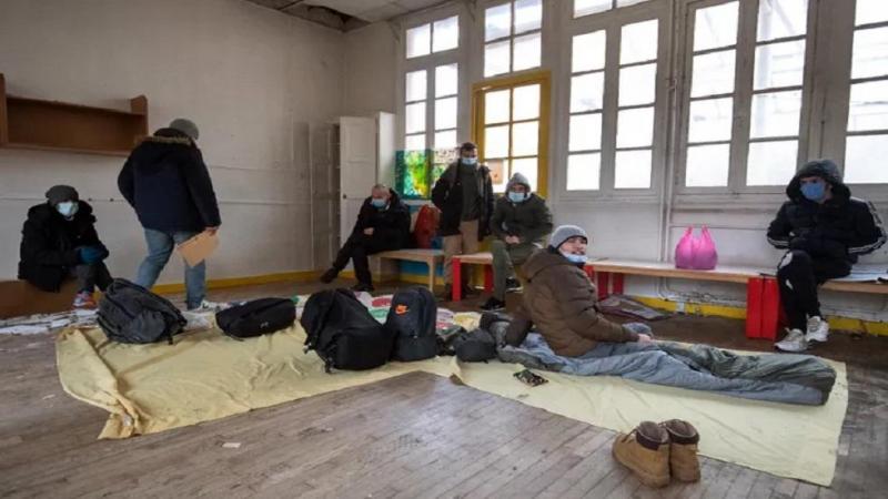 بالصور- بسبب البرد الوباء.. الاستيلاء 300 مهاجر على روضة أطفال بباريس