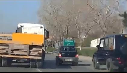 بالفيديو.. مناورة خطيرة لسائق شاحنة بمقطورة تتسبب في حادث مرور خطير
