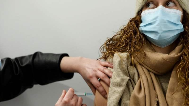 """لأول مرة في العالم.. بريطانيا توافق على تجارب """"التحدي البشري"""" للإصابة عمدا بكورونا"""