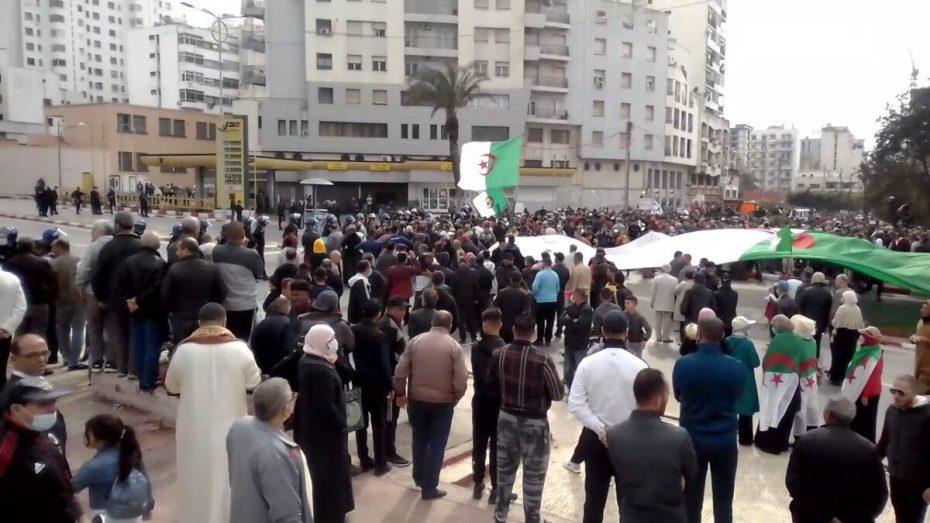 """مديرية الأمن: توقيف شخص متنكرا في لباس نسوي بساطور حاد يترصد """"الحراكيين"""" في وهران"""
