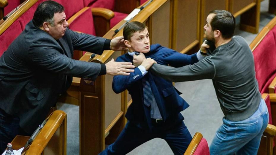 عراك بالأيدي بين نائبين في أكرونيا بسبب العلم الروسي