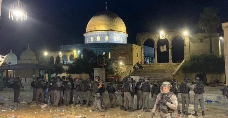 إصابة أزيد من 170 فلسطينيا إثر اقتحام قوات الاحتلال للمسجد الأقصى