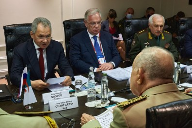 بالصور.. شنقريحة يجتمع بوزير الدفاع الروسي في موسكو