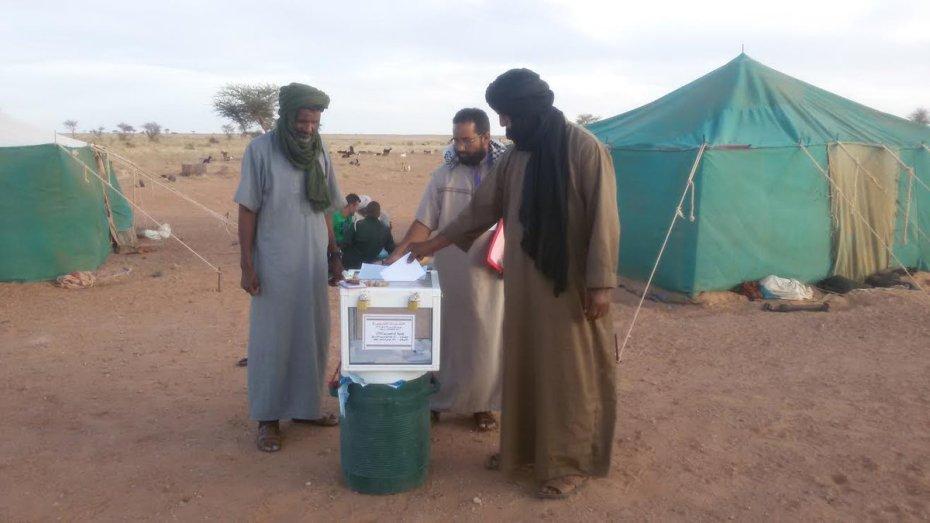 البدو الرحل يشرعون في الادلاء بأصواتهم الانتخابية صبيحة اليوم