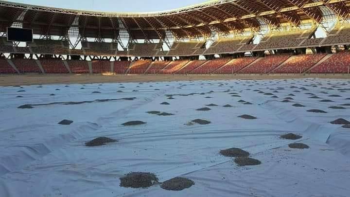 حرث أرضية ملعب وهران الجديد بسبب عدم صلاحية العشب الطبيعي