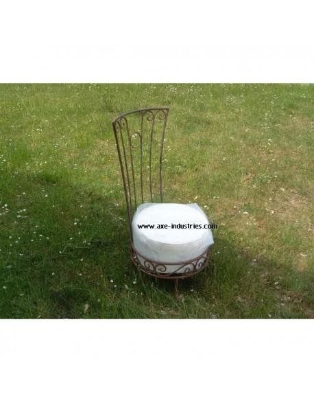 chaise basse fer forge plein avec coussin chaises en fer forge axe industries