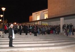 A noite começou com um convite para o público sair à rua