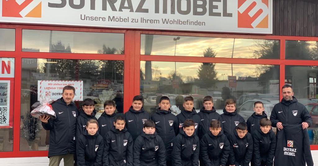 Boyraz Möbel stattet D2-Jugend mit Winterjacken aus