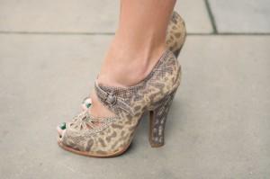 leopar desenli ayakkabi