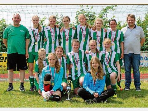 Die C-Juniorinnen der JSG Aue Soltendieck ließen ihrem Kreisrivalen JSG Gerdautal keine Chance und sicherten sich den Pokal mit einem 8:0-Endspielsieg. Fotos: Privat