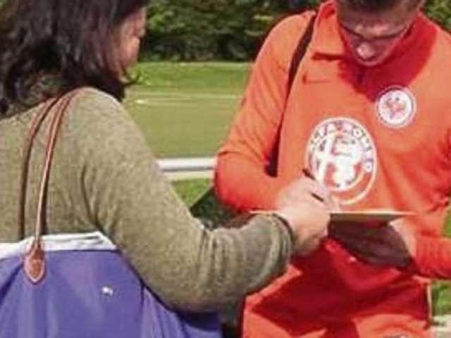 Mittlerweile ist Jesse Sierck, hier als Bundesligaspieler der U19 von Eintracht Frankfurt, auch bei Autogrammjägern begehrt. Fotos: Knüppel, privat