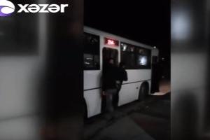Daha bir avtobusda sürücü özbaşınalığı – İNSANLARIN HƏYATI TƏHLÜKƏDƏ – VİDEO