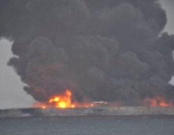 Neft tankeri hələ də yanır