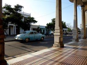 Mooie koloniale galerij en natuurlijk een auto. Cienfuegos
