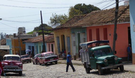 En nu een straatje met auto's. Trinidad