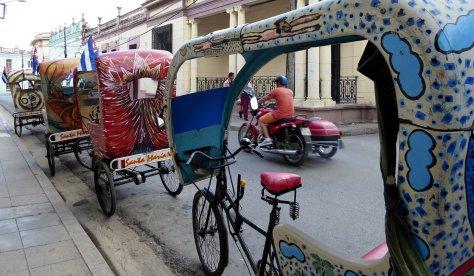 Kunstzinnige bicitaxi's met zijspan. Camagüey
