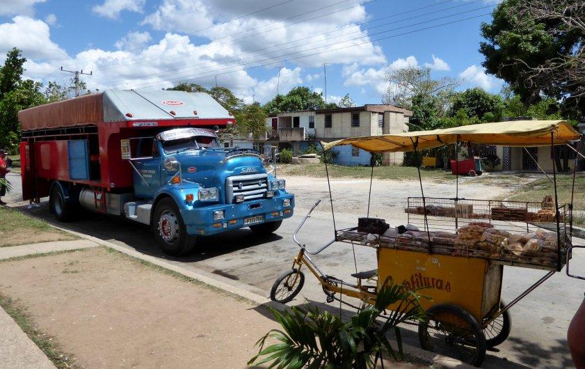 Onze truck voor de komende 16 uur. Deze pitstop was een bierstop voor alle buschauffeurs.... Onderweg naar Havanna
