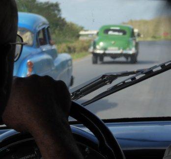 De voorruit biedt een blik achteruit in de tijd. Onderweg naar Viñales