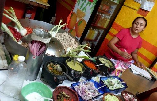 Onze eerste mexicaanse maaltijd bij een typisch straattentje met lekker veel veel te hete sausjes. Cancun
