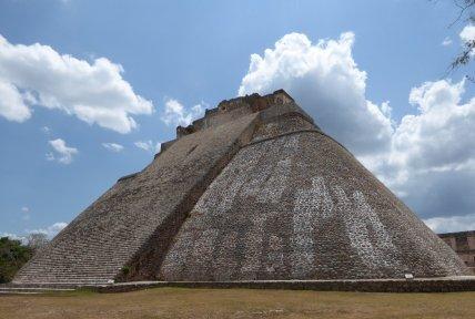 De 32 meter hoge piramide. Uxmal Ruta Puuc