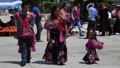 De hele familie gaat traditioneel in San Lorenzo Zinacantán.