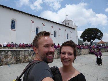 Wij voor de paarse massa in San Lorenzo Zinacantán.