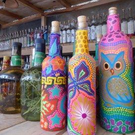Kleurijke Mezcal flessen. Dé drank van Oaxaca.