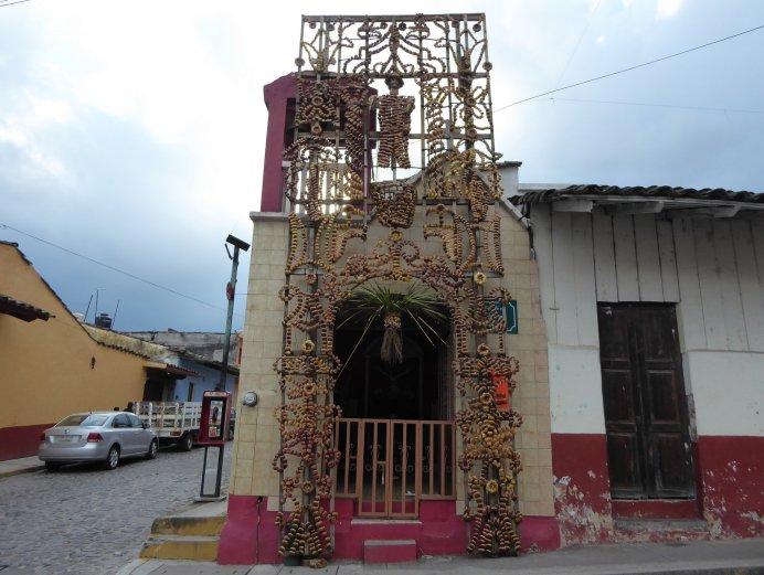 Kerk versieren doe je met maisbladeren in Xico.
