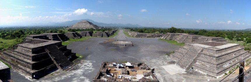 De laan van de doden vanaf de piramide van da maan. Teotihuacán