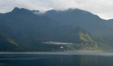 Ochtendmist bij Lago Atitlán.