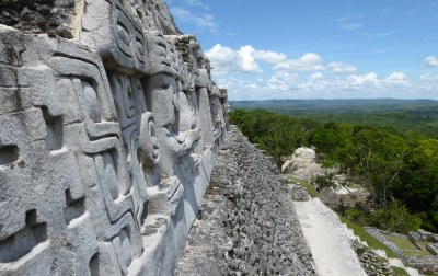 Stucco versieringen met view op de piramide in Xunantunich.