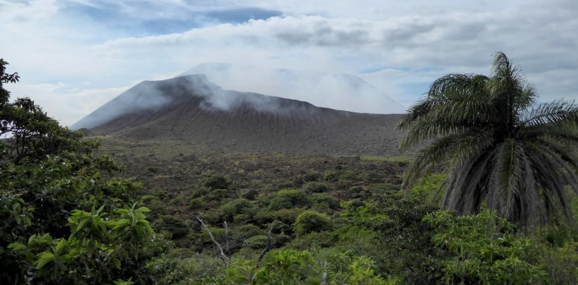 Stoom afblazende vulkaan Telica.