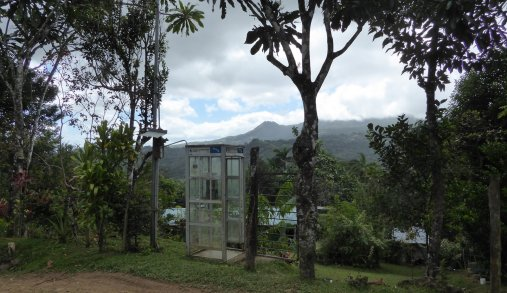 Wireless telefooncel. Onderweg naar Cascada de Bermejo. Santa Fé (Panama)