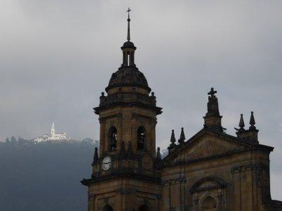 Het kerkje op de Monserrate is nu nog wel zichtbaar. Bogota (Colombia)