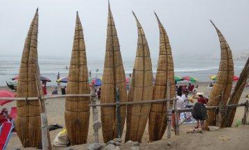 Inka bootjes op het mistige strand van Huanchaco.